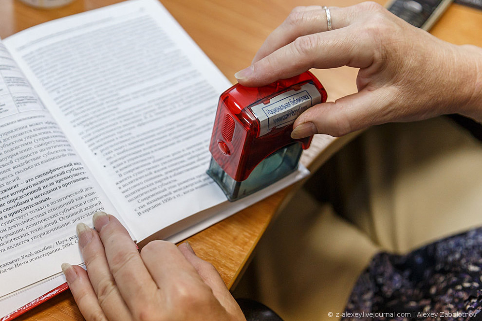 Кроме этого, на каждую книгу наклеивается уникальный штрих-код и присваивается внутренний номер