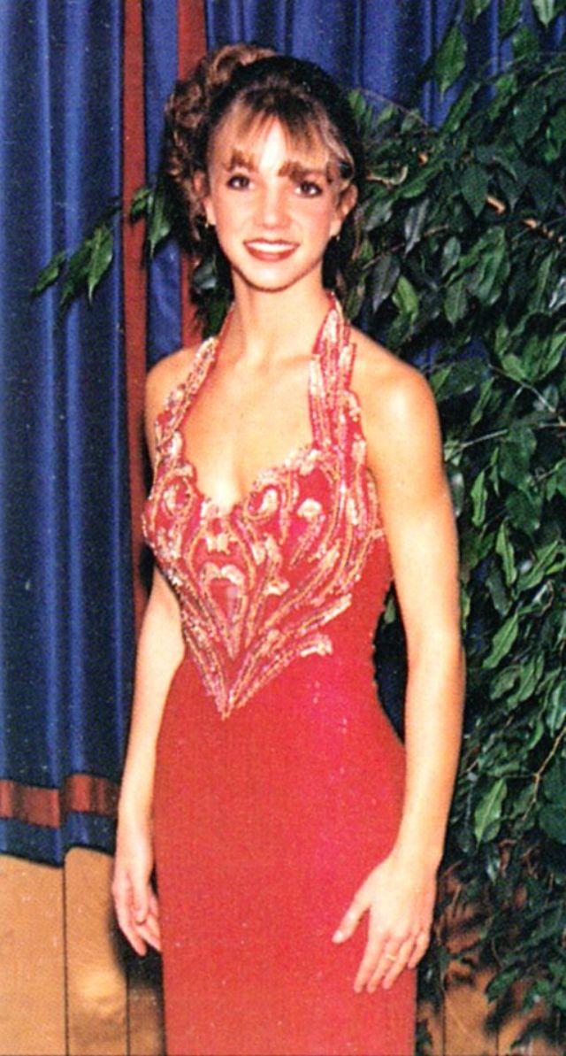 За полтора года до того, как Бритни Спирс стала настоящей звездой, певица участвовала в выпускном ве