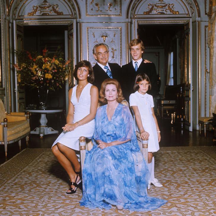 1973 год. Князь и княгиня Монако на семейном снимке вместе с детьми: Каролиной, Альбером и Стефанией