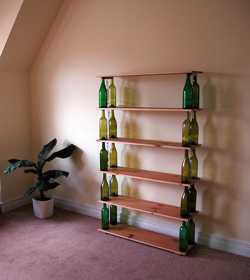 2. Книжная полка. Прочные доски + бутылки = книжный домик своими руками.