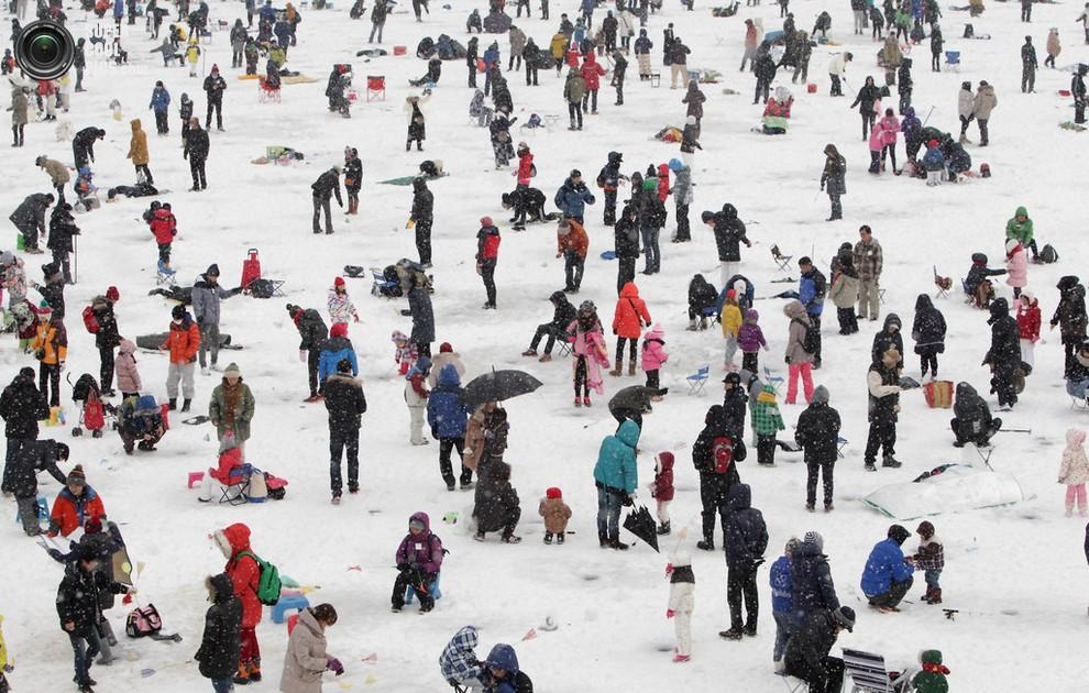 Вид сверху на участников фестиваля, ловящих рыбу. (Chung Sung-Jun/Getty Images)