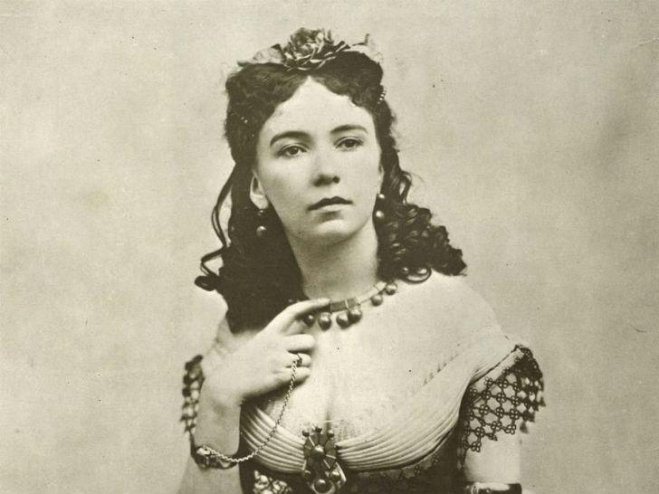 Эмма Элизабет Крауч родилась в Лондоне в XIX веке, училась в пансионе во Франции, была воспитанна и