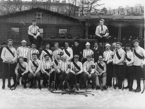 Члены хоккейных команд Общества любителей бега на коньках и Общества Унион в Юсуповом саду. 1913-1914