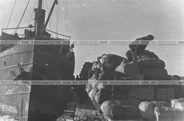 Вещи пассажиров эвакопоезда перед погрузкой на пароход. 5 декабря 1943 г.