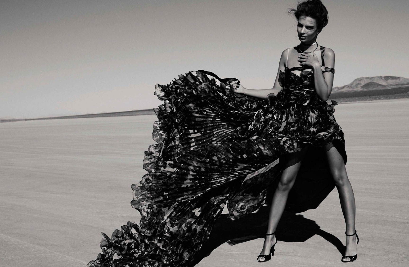 в пустыне с Эмили Ратаковски / Emily Ratajkowski by Miguel Reveriego - Vogue Spain february 2017