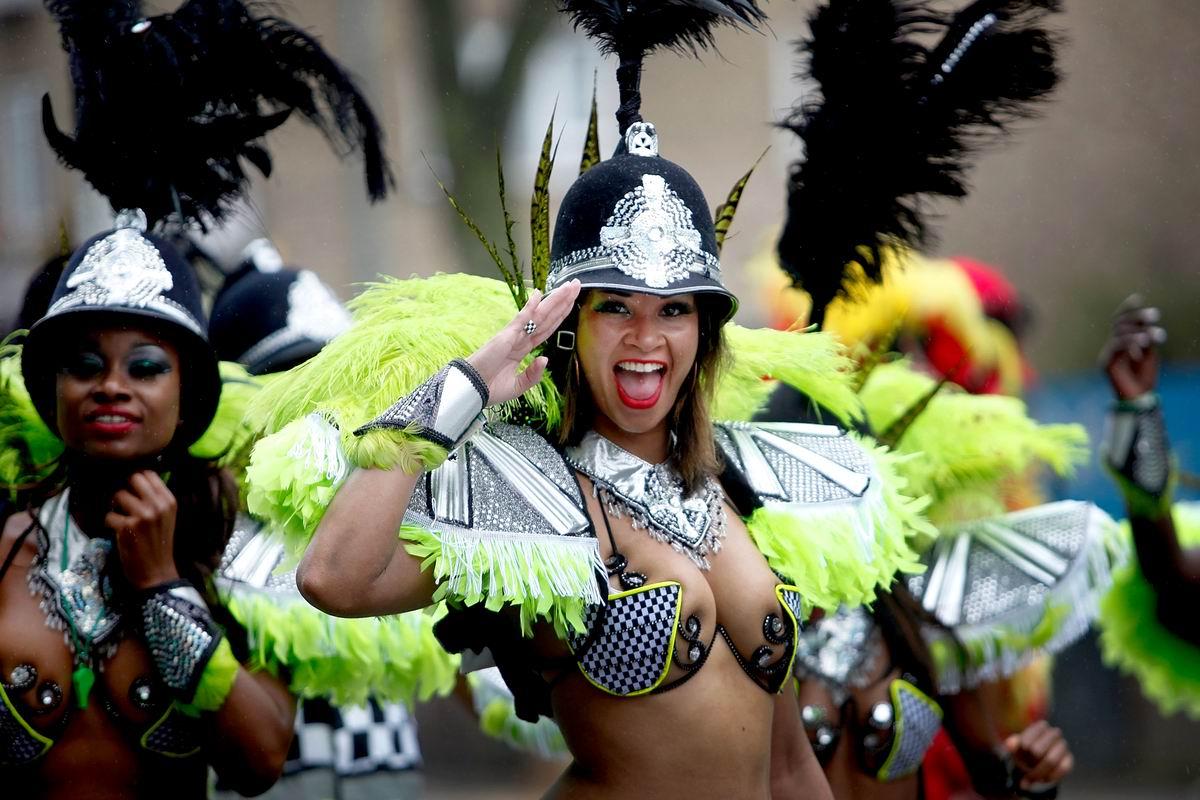 Есть, сэр!: Импровизированные дамы-полицейские на британском уличном карнавале