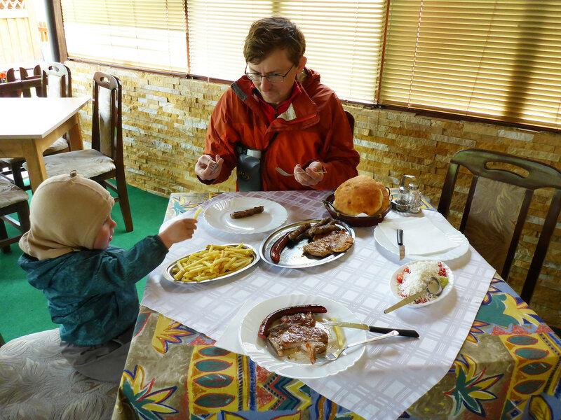 обед в ресторане в сербии с колбасками и мясом