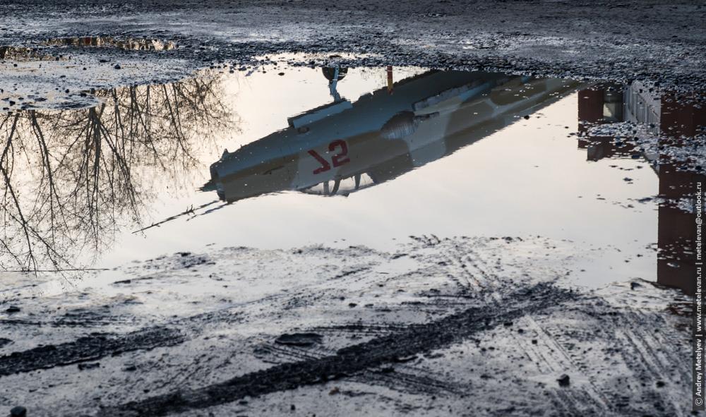 отражение самолета в луже