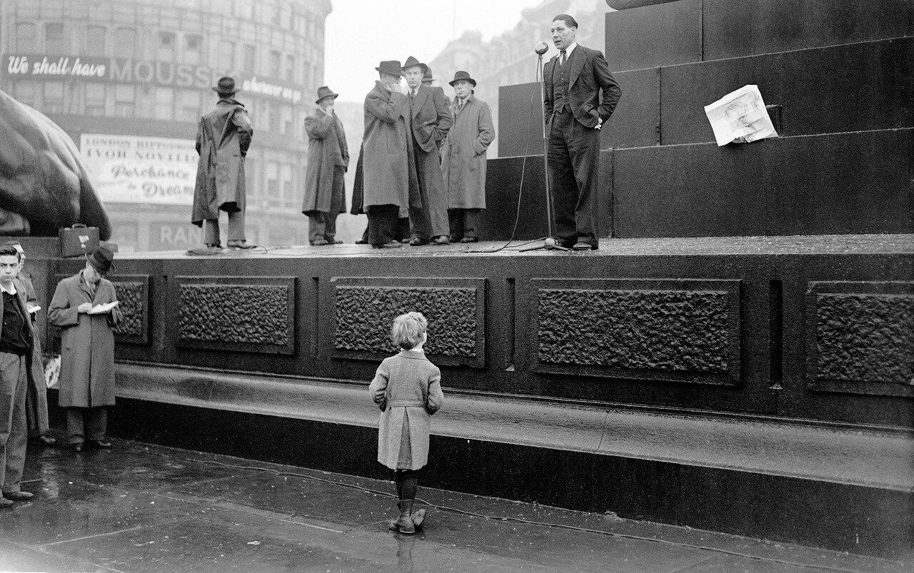 1945. Декабрь. Человек выступает в поддержку бастующих докеров