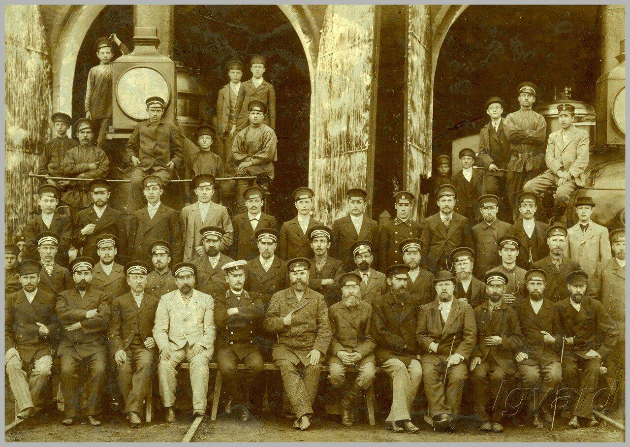Работники станции Славянск у стен паровозного депо. 1899