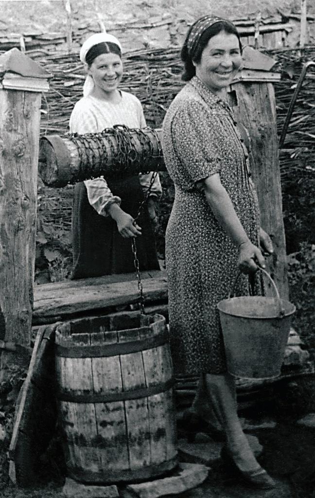 Поселок Сыртинский. Колодец во дворе дома Дударевых (1954)