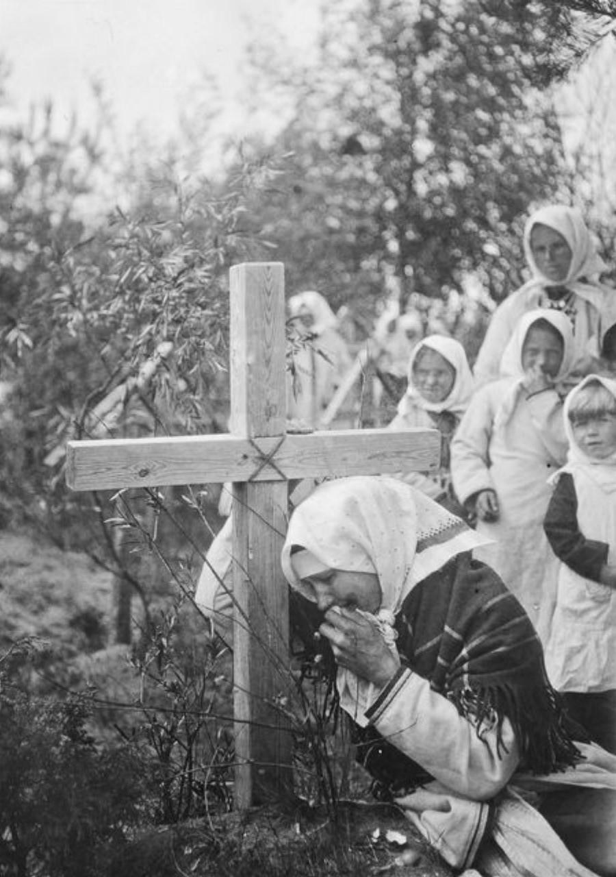 Женщина оплакивает мужа у подножия креста