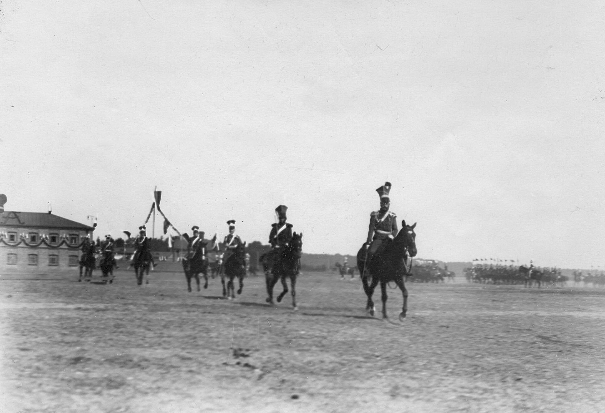 Уланы в своих исторических формах во время церемониального марша на параде в день 250-летнего юбилея полка