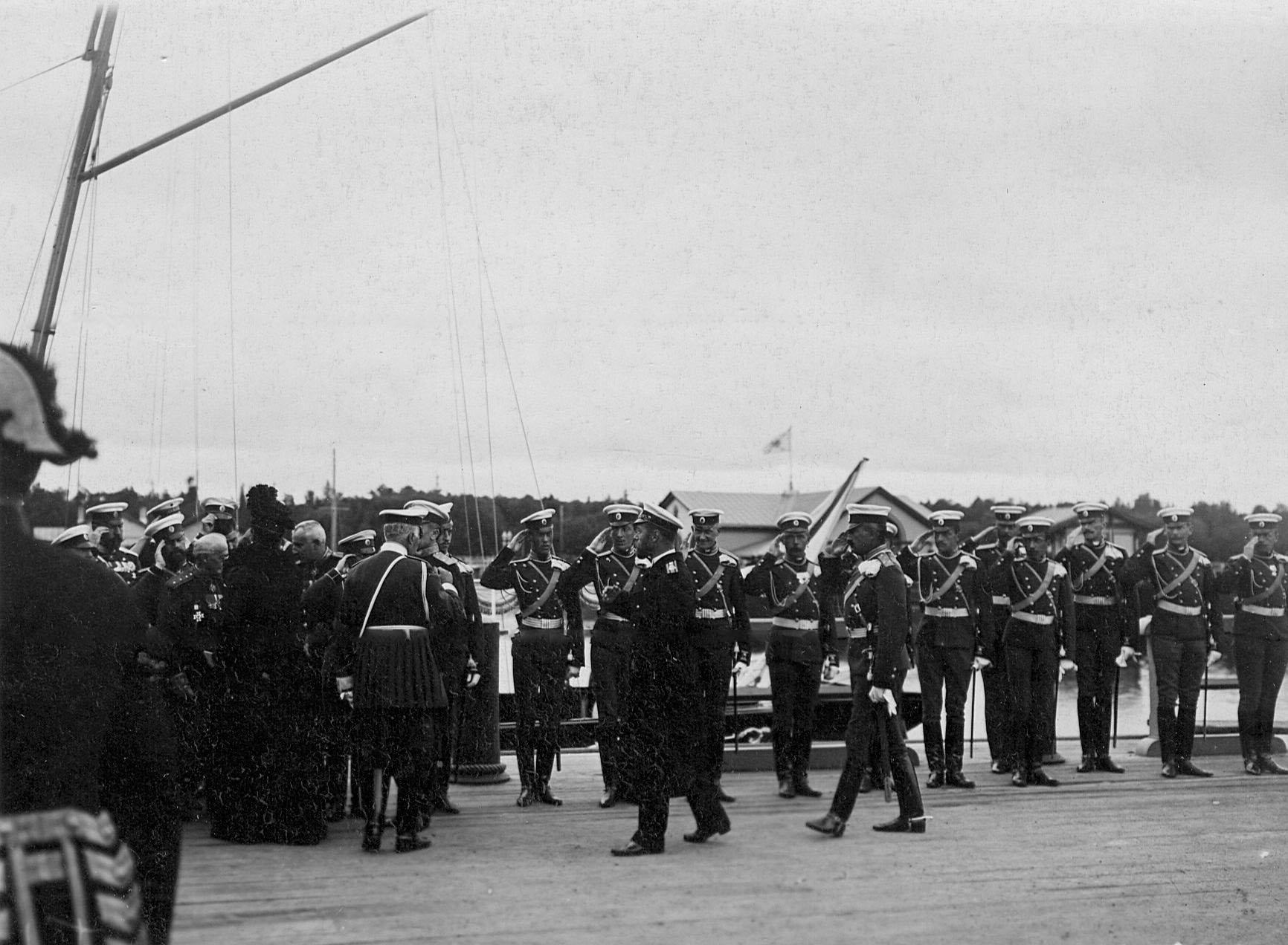 Император Николай II и императрица Александра Федоровна, прибывшие на яхте Штандарт, обходят встречающих их офицеров Уланского Её Величества лейб-гвардии полка