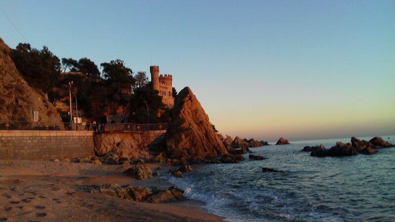 вечер...  море....«Замок на пляже» — резиденция промышленника Жироны — Нарсиса Плаха в северной части пляжа Льорет, 1948