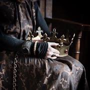корона в руках