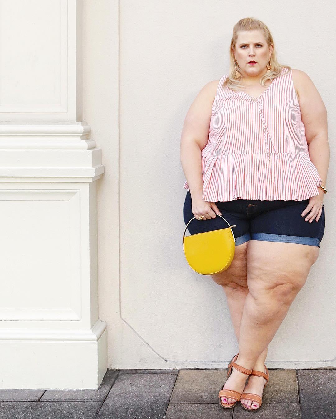 Толстую блогершу попросили прикрыться во время фотосессии в бикини