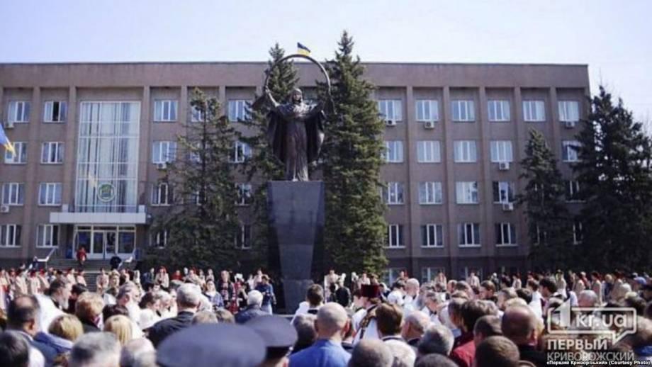 В Кривом Роге на месте свергнутого Ленина открыли скульптуру Богоматери
