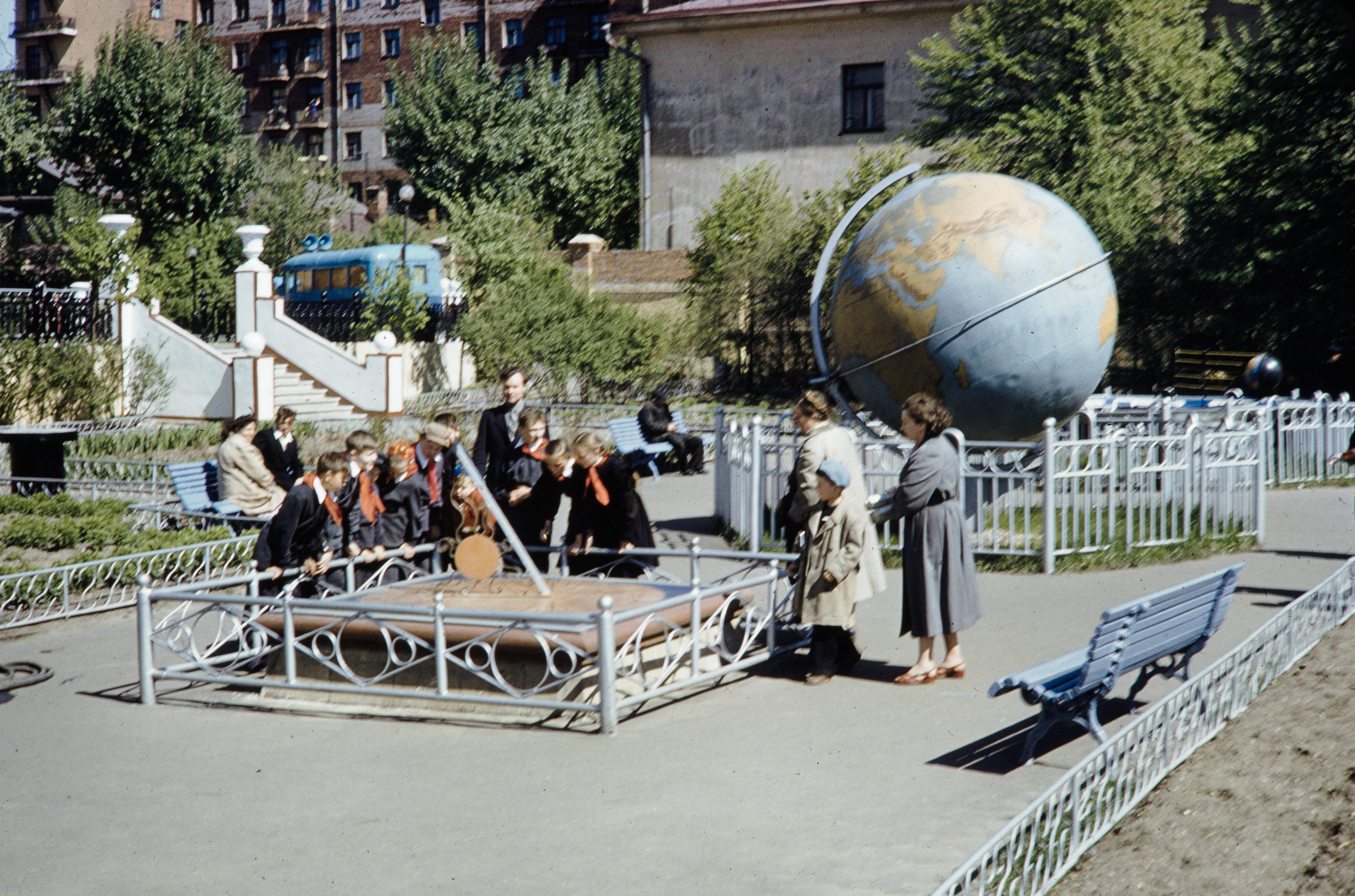 На площадке в планетарии