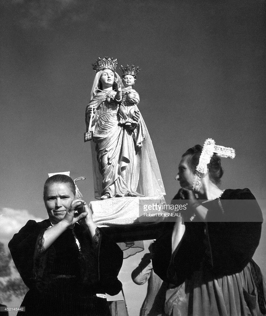 1944. Бретонки, несущие статую Девы Марии  во время религиозной церемонии, одетые в традиционные костюмы
