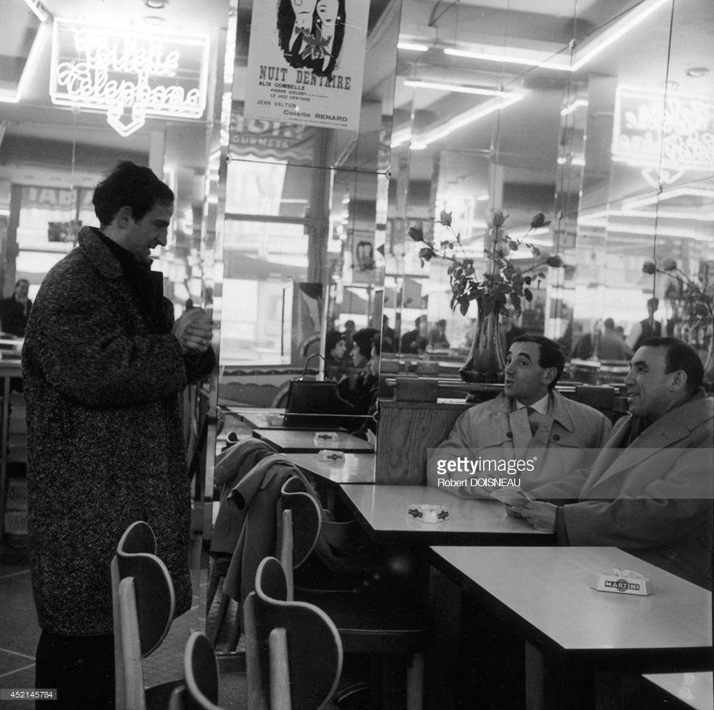 1960. Шарль Азнавур и Франсуа Трюффо на съемочной площадке фильма «Стреляйте в пианиста». 4 февраля