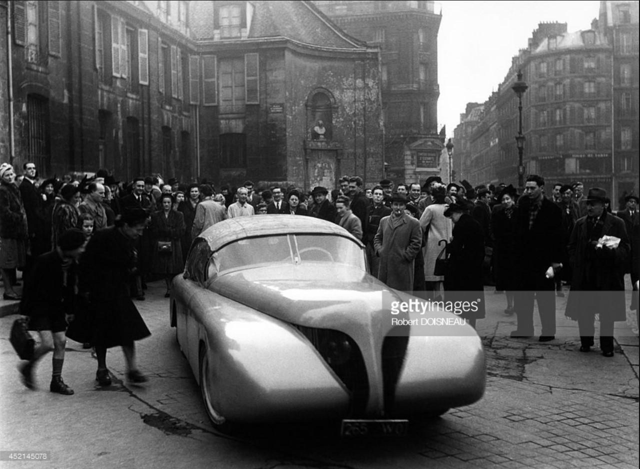 1946. Французский промышленный дизайнер Поль Арзенс и его автомобиль «La Baleine», который был построен в 1938