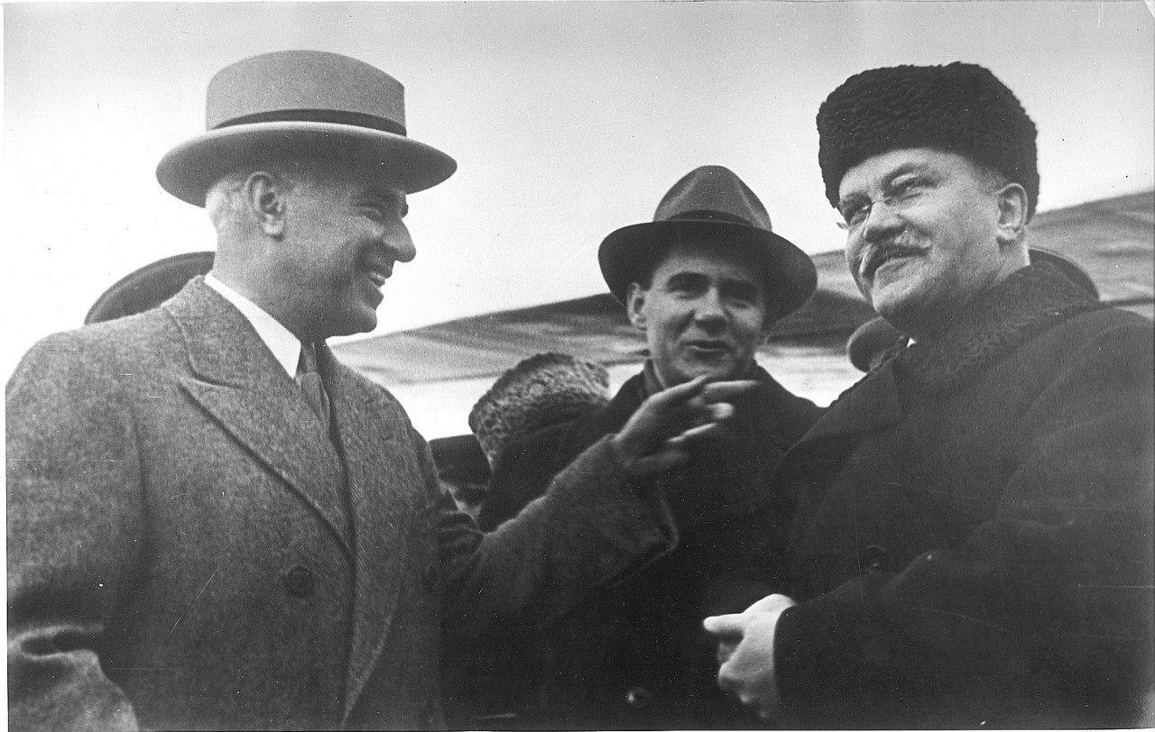 В. Молотов и У. А. Гарриман в аэропорту