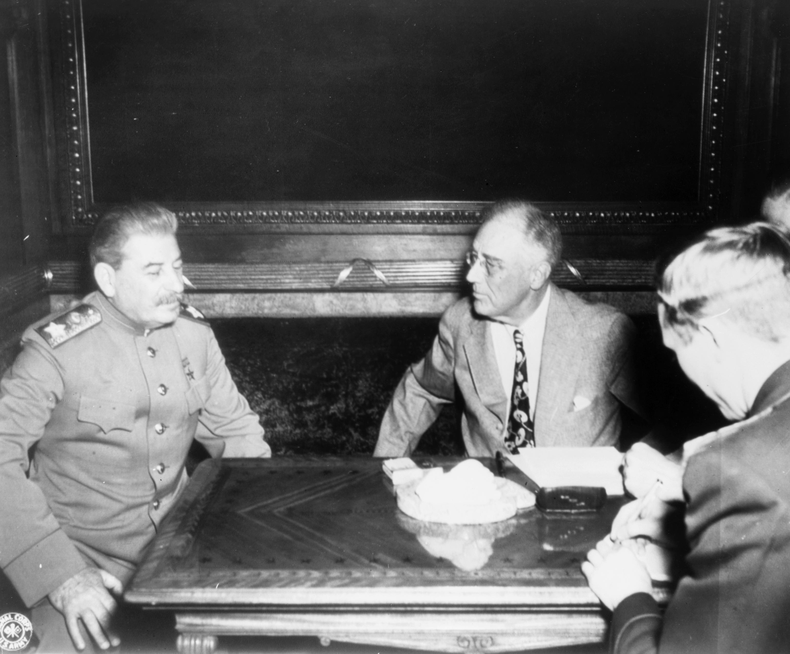 Маршал Иосиф Сталин (слева) и президент Франклин Рузвельт (справа) сидели за столом во время Ялтинской конференции