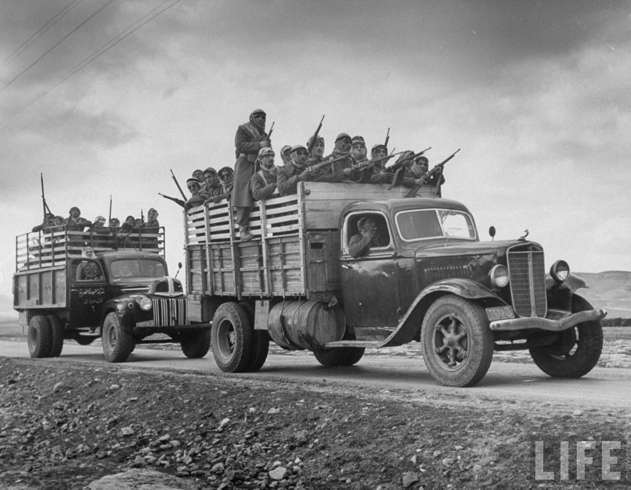 Арабские солдаты с  британскими ружьями на британских армейских грузовиках. Март