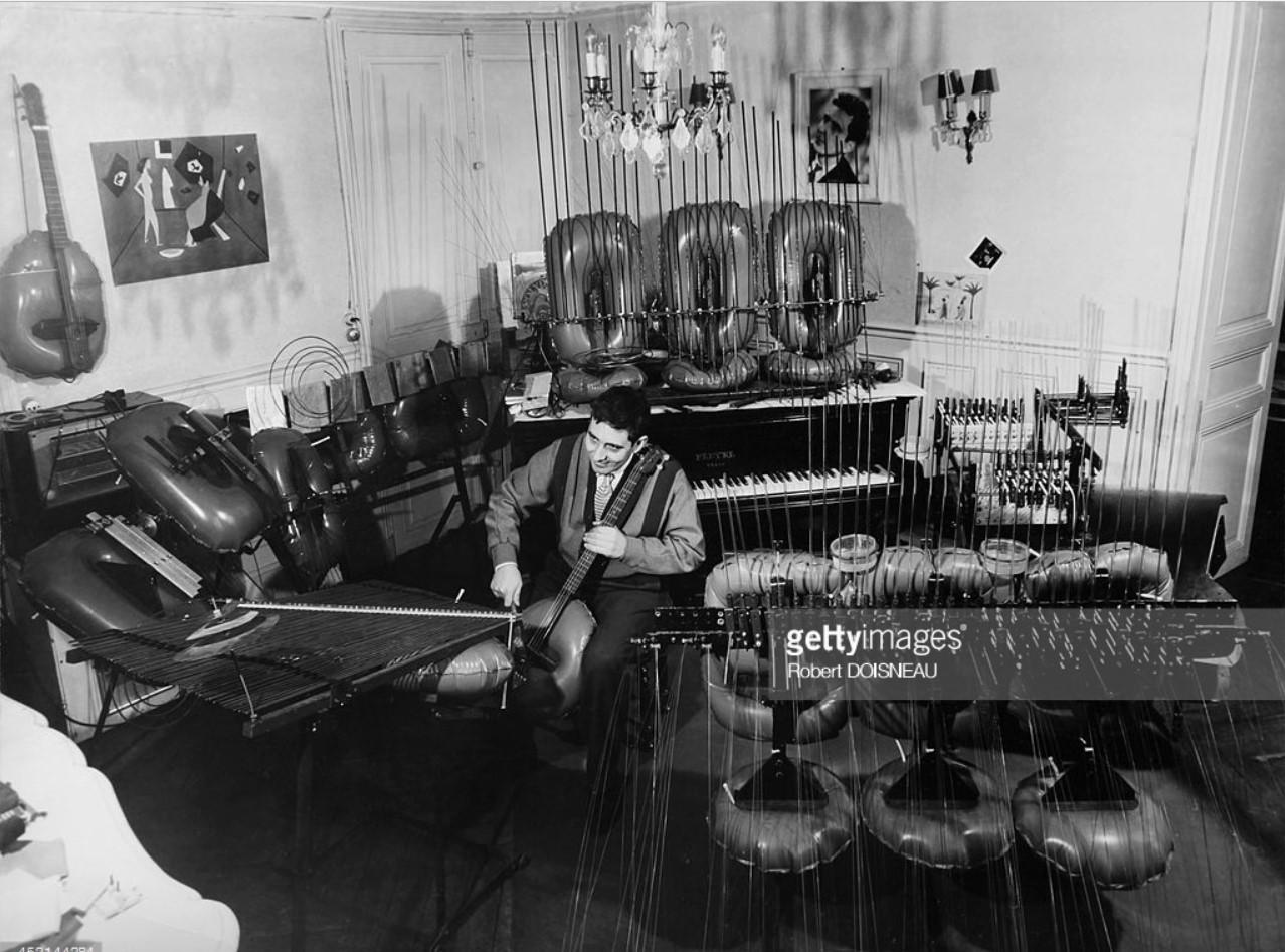 1957. Французский скульптор Франсуа Башет, изобретатель надувных инструментов