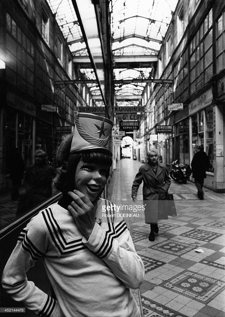 1976. Пассаж дю Гран Серф. Подросток в маске. Париж