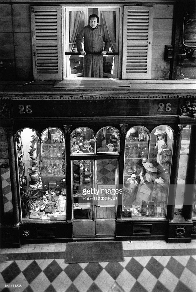 1976. Галерея Веро-Дода. Робер Капия, французский антикварный дилер, специализирующийся на игрушках, куклах и автоматах в окне своего магазина