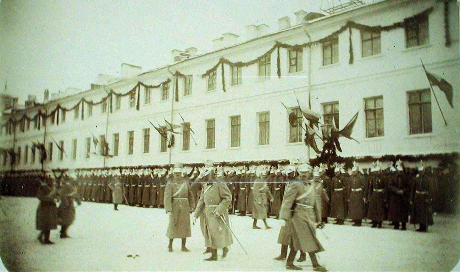 10. Кавалергарды, выстроенные перед зданием казармы по случаю участия в церемонии освящения полковой церкви.