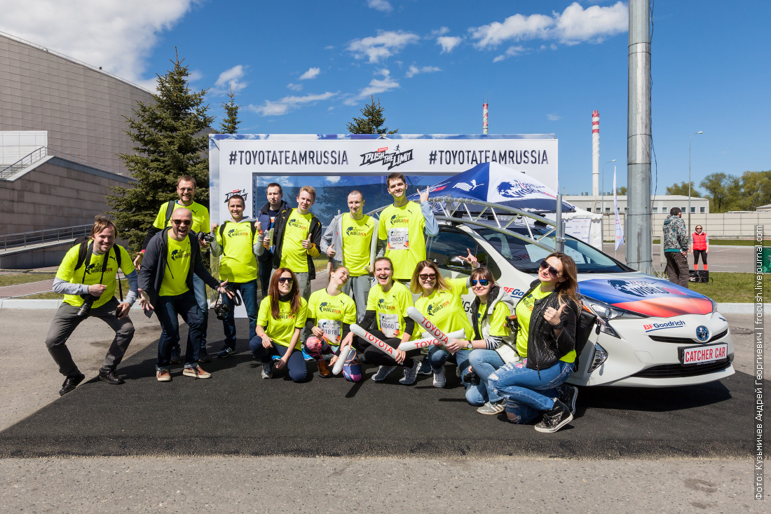 Команда Toyota Россия на фоне Toyota Prius