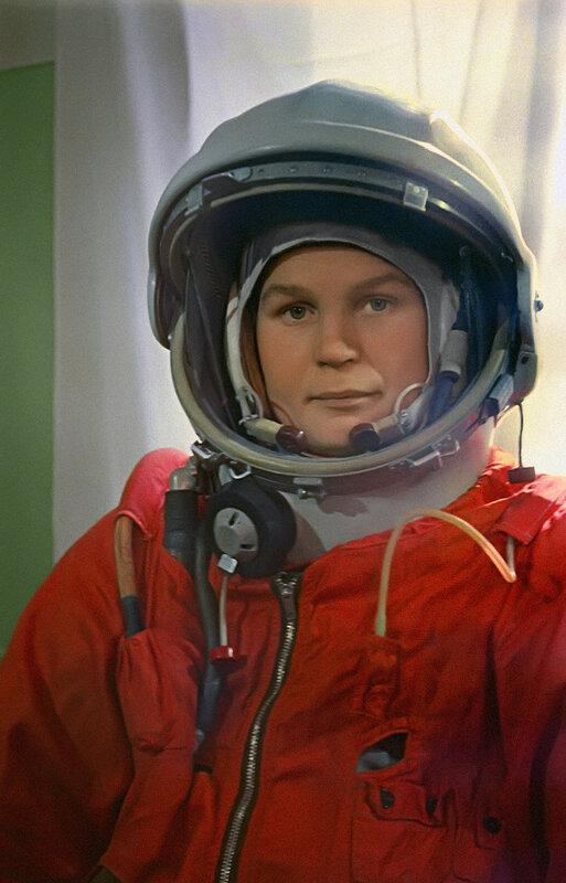 Летчик-космонавт Валентина Терешкова перед стартом.jpg