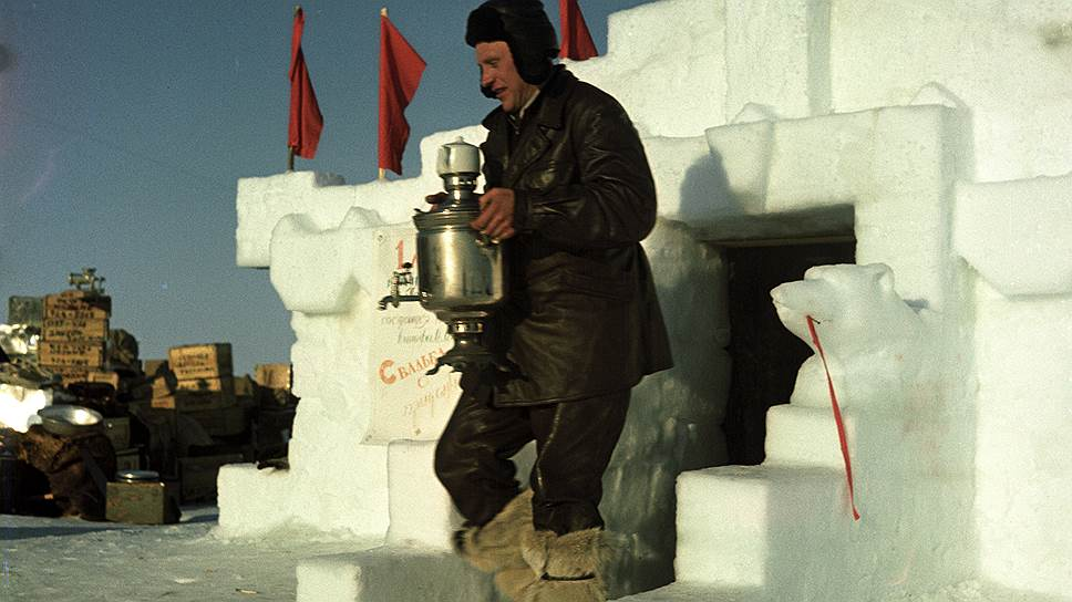 """Повар дрейфующей станции """"Северный полюс - 3"""" И.М. Шариков хлопочет по хозяйству, 1954 г."""