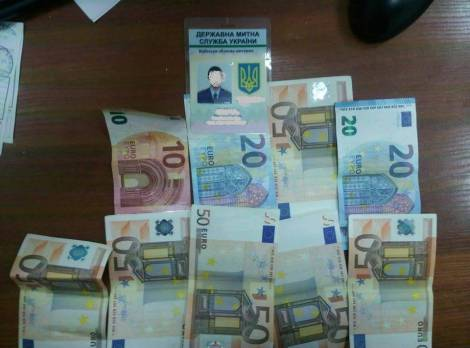 "На взятке в 1100 евро задержан таможенник в аэропорту ""Борисполь"", - прокуратура. ФОТО"