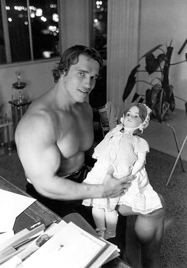 Арнольд Шварценеггер держит куклу, 70-е годы.