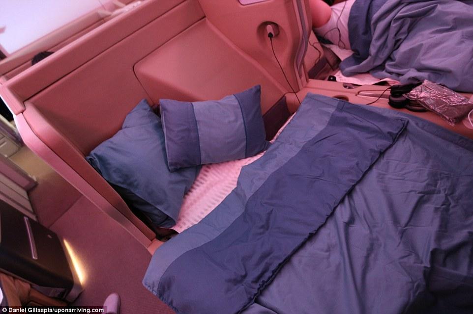 В бизнес-классе Singapore Airlines просторные кресла, которые раскладываются в полноценные кровати.