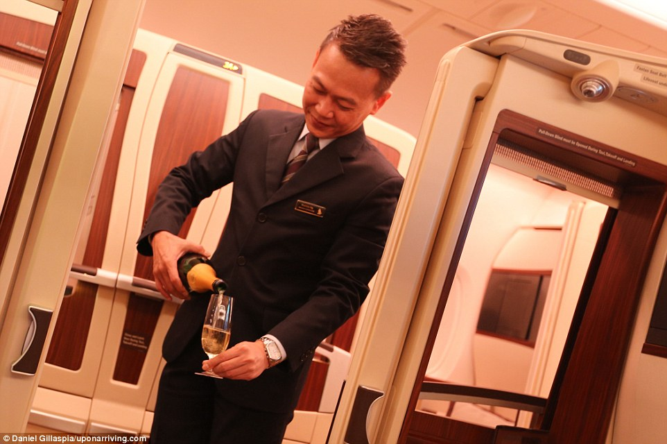На борту самолета шампанское лилось рекой. На выбор предлагались такие марки, как Krug или Dom Perig