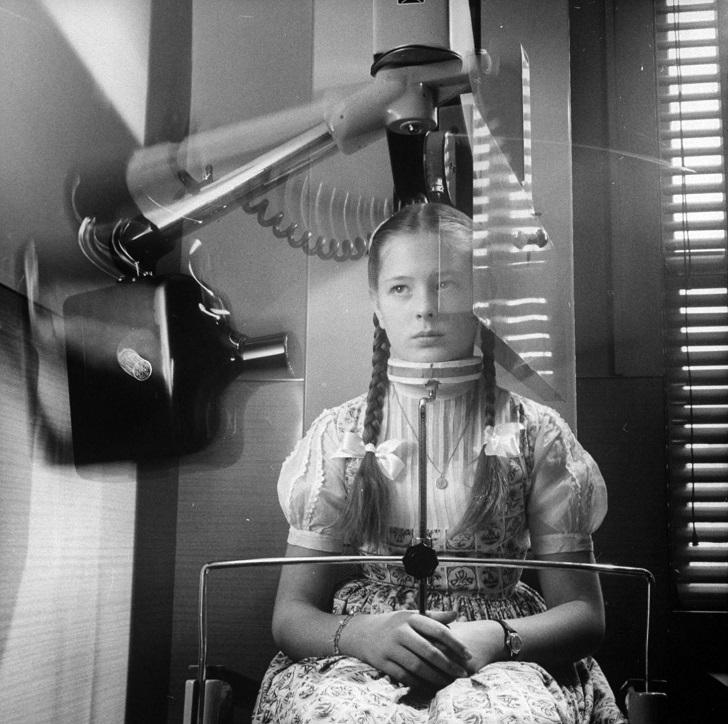Вращающийся аппарат для рентгена, который делает панорамный снимок зубов, 1960.