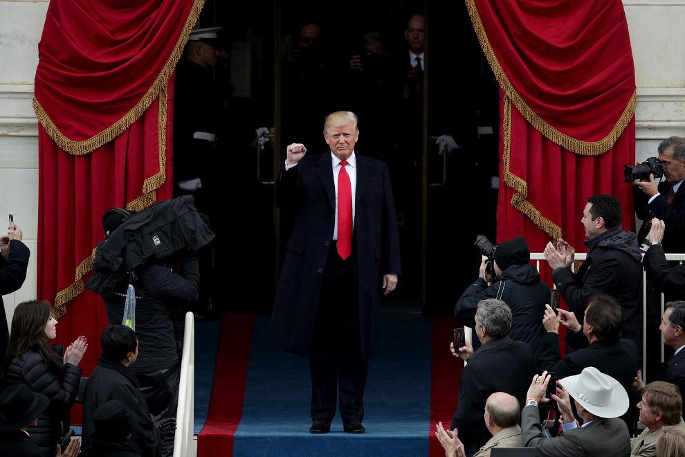 19. Трамп идет на специально возведенную трибуну, защищенную пуленепробиваемыми стеклами. (Фото