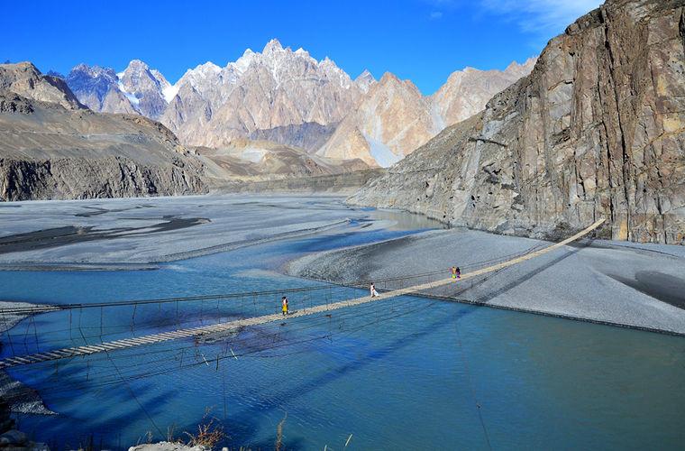 В северной части Пакистана в деревне Хуссаини находится мост с одноименным названием. Сооруженный из