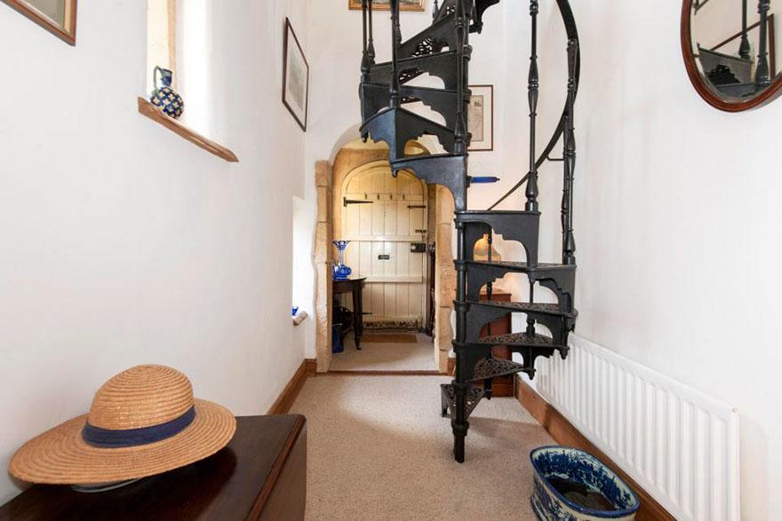 Замок построил знаменитый британский архитектор Эдвард Блор в 1830-х годах. Причем первоначально зда