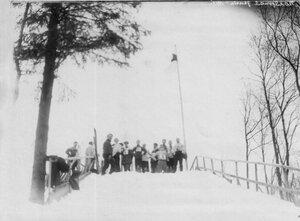 Группа лыжников на горке