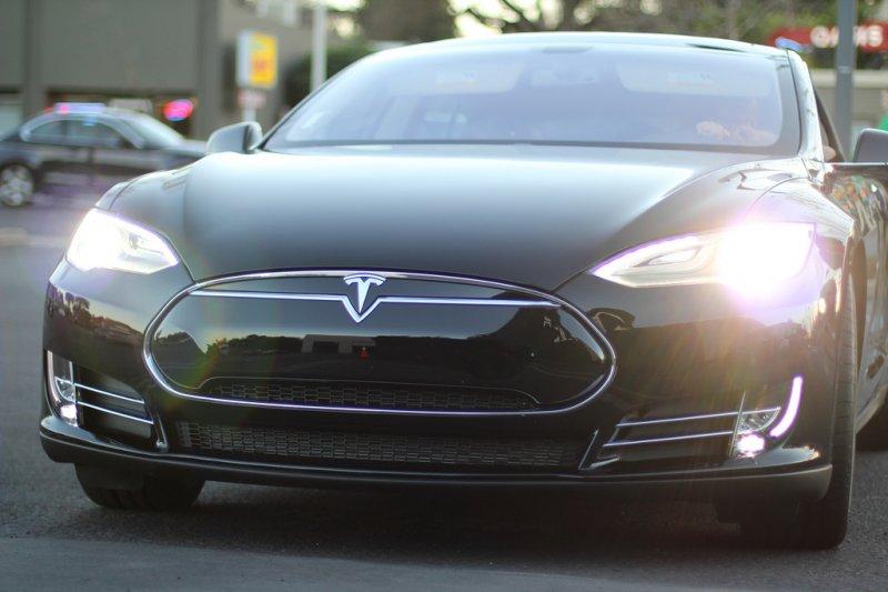 Прибыль Tesla подросла неменее чем вдвое благодаря рекордным поставкам