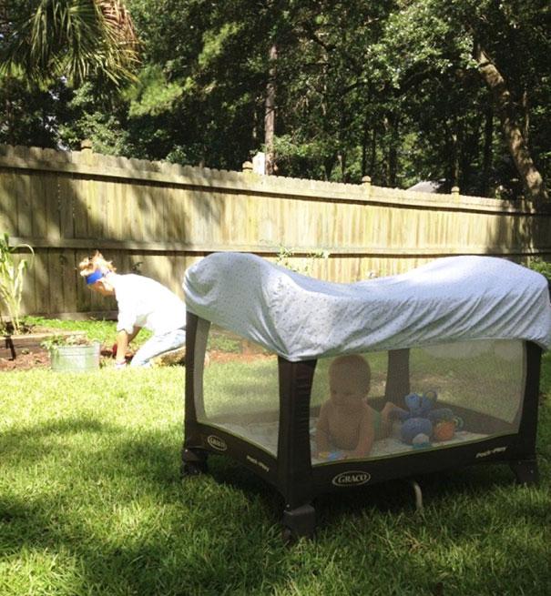 Если вы вынесли детскую кроватку с высокими стенками во двор, накройте ее простыней. Это защитит вашего малыша от укуса комаров.