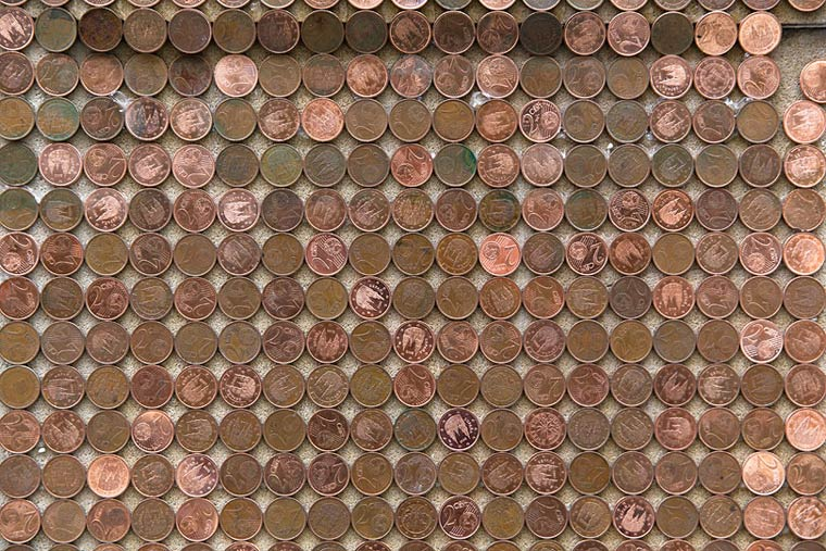 CRISIS - SpY installs a graffiti composed of 1000 euros in 2 cents coins