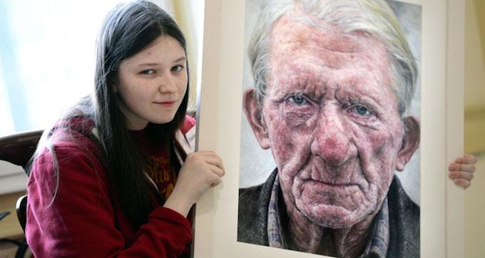 Jovem de 16 anos e premiada por retrato hiper-realista