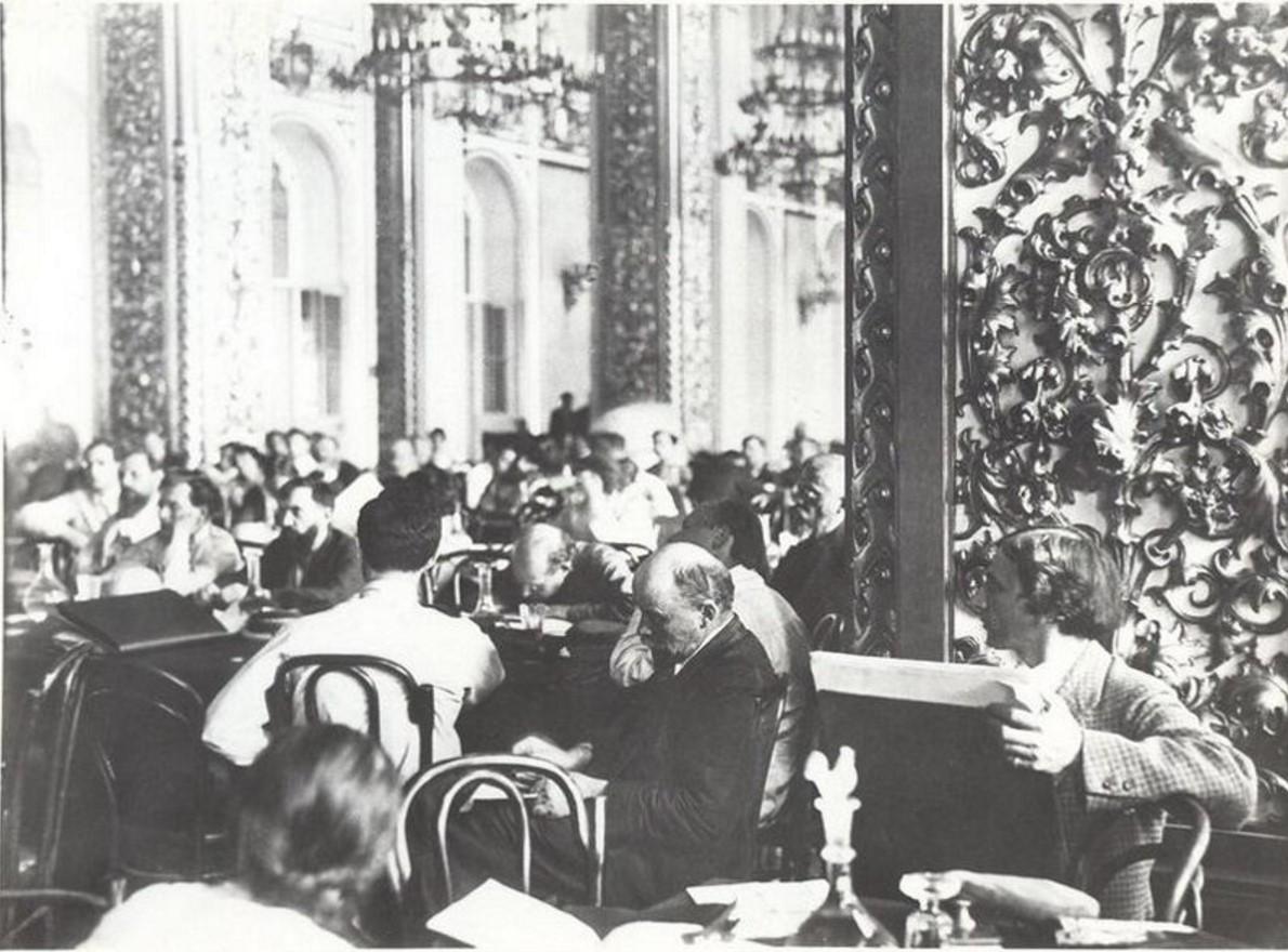 1920. Владимир Ленин на заседании II конгресса Коминтерна в бывшем Андреевском зале Кремля g